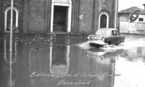 Il sagrato della Chiesa di San Maurizio durante l'esondazione del 1956