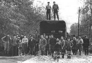 Gli abitanti di San Maurizio al Lambro durente la violenta esondazione del 1953