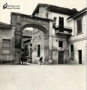 Arco d'ingresso della Villa Sormani Andreani (anni '50)