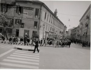 Corteo tra via Indipendenza e piazza Castello (anni '60 '70)