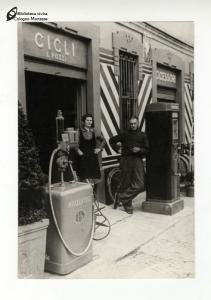 Pompa di benzina di Luigi Pozzi in piazza XI Febbraio (anni '50)