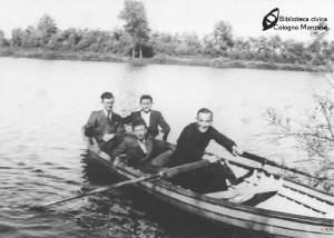 Don Carlo Testa con i ragazzi dell'oratorio al lago Tana